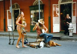 Un couple de musiciens de rue devant le royal cafe - photo de Jocelyn Richez